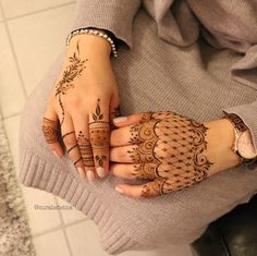 Some easy & beautiful mehndi designs for the back of the hand Palm Henna Designs, Henna Tattoo Designs Simple, Finger Henna Designs, Modern Mehndi Designs, Bridal Henna Designs, Mehndi Designs For Girls, Beautiful Henna Designs, Mehandi Designs, Unique Henna