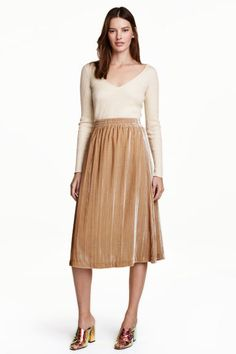 Velvet skirt: Knee-length, flared skirt in soft velvet with an elasticated waist. Lined.