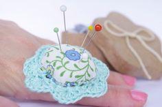 Fleur pique aiguilles bague dentelle bleu ciel de Coco Supplies - boutons originaux, boutons vintage, applique crochet, étiquette cadeau, étiquettes américaine, mini épingles sur DaWanda.com