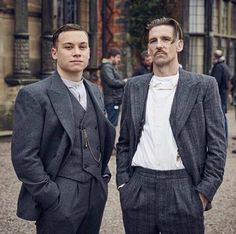 Peaky Blinders Outfit Idea how to dress like a peaky blinder cillian murphy mnner Peaky Blinders Outfit. Here is Peaky Blinders Outfit Idea for you. Traje Peaky Blinders, Costume Peaky Blinders, Peaky Blinders Saison, Peaky Blinders Quotes, Costume Gris, Gilet Costume, Finn Cole, Joe Cole, Gangsters