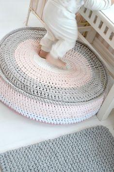 t-shirt crochet pouf and cushion by Kaunis pieni elämä .crochet inspiration ONLY. Crochet Diy, Pouf En Crochet, Crochet Cushions, Crochet Home Decor, Crochet Pillow, Crochet Crafts, Diy Crafts, Love Crochet, Yarn Projects