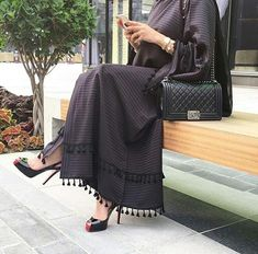 Uploaded by Dînâ Ââ. Find images and videos about hijab fashion and abaya on We Heart It - the app to get lost in what you love. Muslim Women Fashion, Arab Fashion, Islamic Fashion, Modest Outfits, Modest Fashion, Fashion Outfits, Modern Abaya, Parda, Mode Kimono