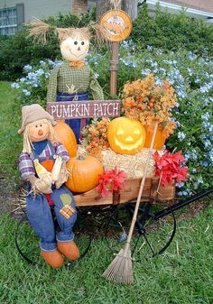 Love the cart design with seasonal décor....hay bales, pumpkins, fall colored silk flowers and leaves, Pumpkin Patch sign, small rake and of course Mr. & Mrs. Scarecrow. Such a pretty scene for Halloween!!