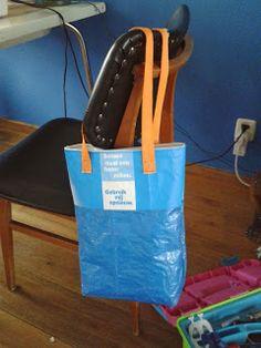 gros plan d 39 une couverture de pique nique roul e r alis e avec des sacs bleus ikea et des. Black Bedroom Furniture Sets. Home Design Ideas