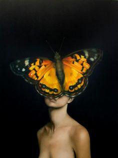 Amy Judd, ses une femme qui a un papillon jaune  qui cache sa face et en-arrière il y a une toile noir et elle est toute nus ses plus to des couleur sombre appart le papillon et ses très réaliste. De la tristesse et de la surprise en voyant le tableau, les couleurs sont très sombre donc sa me rend tristesse et la façon que le papillon cache la face de la fille come pour pas la montrer