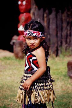 Maori girl - Whakarewarewa Thermal Maori Village, Rotorua, New Zealand Precious Children, Beautiful Children, Beautiful People, Polynesian People, Polynesian Culture, We Are The World, People Around The World, Tattoo Pierna, Maori People