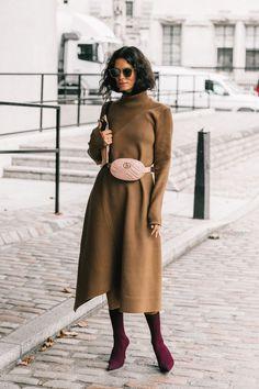 36 de 52 La blogger noruega Hedvig Opshaug sabe llevar las tendencias –riñonera de piel y botín-calcetín– de forma sosegada. Lo hace con un vestido de punto de aspecto ligeramente monacal. | #HedvigSagfjordOpshaug #StreetStyle