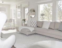 Luonnonvalo korostaa olohuoneen kaunista vaaleaa sisustusta