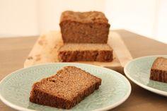 Tja, hoe zal ik dit heerlijke baksel eens noemen? Eigenlijk is het een kruising van een cake en een(bananen)brood. Een broodcake dus maar, die je gelijk in de Sinterklaasstemming brengt door de sp...