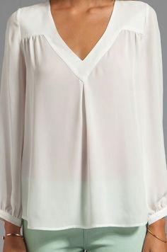 Joie Matte Silk Frenchie B Blouse em Porcelana - Blusas Kurta Designs, Blouse Designs, Hijab Fashion, Fashion Outfits, Dress Fashion, Bluse Outfit, Blouse Dress, Blouse Styles, Revolve Clothing