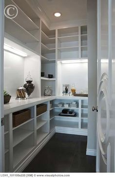 I would go crazy with a pantry like this one!!!!!:)