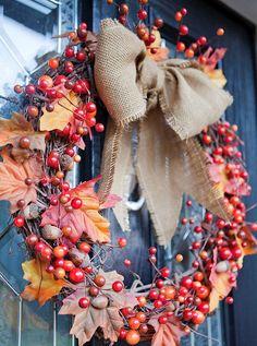 idées DIY pour réaliser une couronne d'automne artisanale faite de baies rouges et feuilles marron