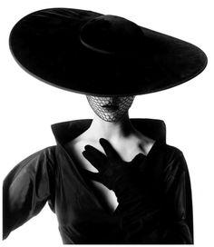 Irving Penn. La obra de este autor destaca por su simplicidad y elegancia. En esta fotografía observamos un gran contraste entre blancos y negros. Además, el fondo vacío hace que todavía destaquen más las líneas de las prendas.