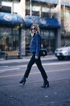 Brooklyn Blonde wearing the rag & bone Equestrian Jeans, Ceila Cardigan and carrying the Flight Satchel Brooklyn Blonde, Street Style 2016, Street Chic, Street Fashion, Denim Jacket Fashion, Denim Outfits, Over Boots, Winter Stil, Hudson Jeans