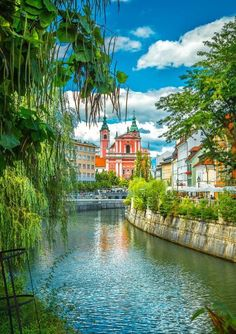 View of the charming Ljubljanica River crossing Ljubljana, the capital of Slovenia Best Places To Travel, Places To See, Les Balkans, Slovenia Ljubljana, Slovenia Travel, Slovenia Tourism, Bohinj, Travel Alone, Adventure Is Out There