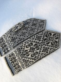 Oppland Mittens, Dec. 2009 - 5 by yarn jungle, via Flickr - Hvilket Oppland? Knit Mittens, Knitted Gloves, Knitting Socks, Hand Knitting, Knitting Charts, Knitting Stitches, Knitting Patterns, Wrist Warmers, Hand Warmers