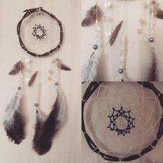 Emma Design Iso unisieppari Unisiepparit ovat Amerikan Ojibwa-intiaanien perinnettä. Pajusta, lankaverkosta ja höyhenistä tehty taikakalu suodattaa pahat unet ja ajatukset ja päästää lävitseen hyvät unet ja ajatukset. Ojibwa-tarun mukaan hämähäkki-isoäiti (maailman luoja) kutoi unisiepparin karkoittamaan ihmiskunnan pahat unet. Pahat unet takertuvat unisiepparin verkkoon  ja valuvat höyheniä pitkin Äiti Maahan. Koko: 20x45cm Tehty Suomessa http://www.salonsydan.fi/tuote/unisieppa