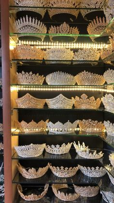 Royal Jewelry, Cute Jewelry, Hair Jewelry, Bridal Crown, Bridal Tiara, Photos Folles, Quinceanera Tiaras, Quince Dresses, Fantasy Jewelry