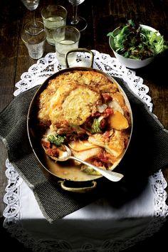 BEREIDINGFruit ui en knoflook glazig in een kookpan in wat olijfolie. Voeg de gepelde tomaten toe, stamp ze kapot en kook de saus af en toe roerend...