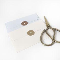Bijzondere envelop met sluitsticker_goud_koper_hartje_metallic goud_letterpress_letterpers_preeg_embossing_geboortekaartje_uniek_typografisch_design #www.studiokuuk.nl