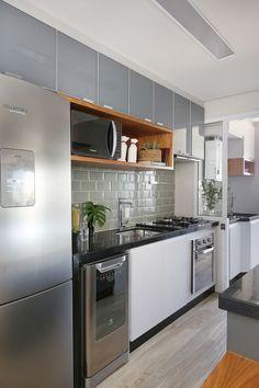 Reposting Cozinha com. One Wall Kitchen, Kitchen Room Design, Modern Kitchen Design, Interior Design Kitchen, Kitchen Decor Themes, Home Decor Kitchen, Home Kitchens, Cuisines Design, Kitchen Remodel