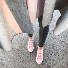 Tenue avec des baskets Stan Smith roses avec 3 scratchs et une cape gris/rose >> http://www.taaora.fr/blog/post/baskets-adidas-stan-smith-rose-clair-en-nubuck-vapour-pink-avec-trois-scratchs-look-avec-cape-carreaux-gris-rose