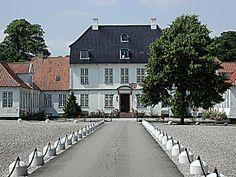 Edelgave, hovedgård (sædegård) 6 km vest for Ballerup ved København.