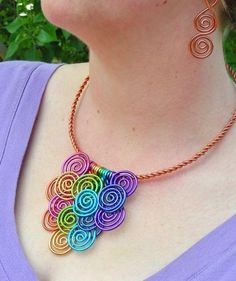 Collar con alambre de colores