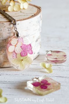 DIY preserved flowers in resin necklace tutorial. Featured in Trending Homemade Items To Sell In Resin Jewelry Making, Polymer Clay Jewelry, Resin Jewellery, Diy Resin Flowers, How To Make Resin, Diy Resin Crafts, Bead Crafts, Paper Crafts, Diy Earrings