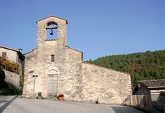La Chiesa di Santo Stefano occupa il centro del paese. Edificio tardo medievale con impronta romanica, denunciata dal portale lunettato, dalla monofora e dal campanile a vela. L'interno conserva la copertura a capriate lignee modanate della fine del XV secolo