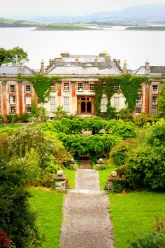 The Bantry House is a beautiful estate with a great view in the County Cork.Sea Country
