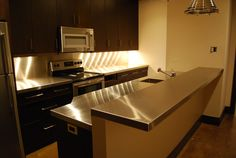 Strong, hygienic, and resistant to heat and water, stainless steel is an ideal surface for almost any room in the home. Our custom fabricated coun… Stainless Steel Benchtop, Stainless Countertops, Kitchen Countertops, New Kitchen, Kitchen Ideas, Metal Homes, Custom Metal, Home Kitchens, Home Remodeling