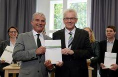 Winfried Kretschmann (rechts) und Thomas Strobl präsentieren stolz den…