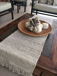 CAMINOS DE MESA                                                                                                                                                                                 Más Weaving Designs, Weaving Projects, Rope Rug, Burlap Table Runners, Boho Home, Recycled Furniture, Loom Weaving, Home Decor Accessories, Table Decorations