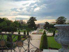 Capítulo 18:  «...El variopinto mundo de los parques en un día de primavera, aunque ya fuese hora tardía» (página 152).  Los parques en la ciudad de Madrid son muy bonitas y entonces, son populares a casi todos.