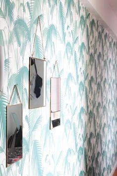 Papier peint palm, feuilles de palmier, Cole and son dans le couloir. Miroirs suspendus. L'appartement chic, moderne et parisien de la blogueuse française Inside Closet // Hëllø Blogzine blog deco & lifestyle www.hello-hello.fr