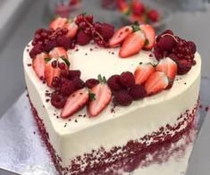 Easy cake designs for you. We search and find most popular and easy cake designs of last week. Beautiful Cake Designs, Beautiful Cakes, Bolo Red Velvet Receita, Fruit Cake Design, Cake Recipes, Dessert Recipes, Valentines Day Cakes, Birthday Desserts, Catering Food