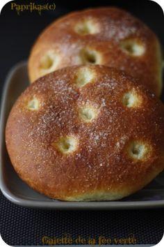 Après le pain Brésilien et les buns au pavot et au sésame, je tombe sous le charme d'une autre recette du site de la Confédération Nationale de la Boulangerie-Pâtisserie. J'ai choisi la recette de ses galettes qui ressemblent un peu et je dis juste un...