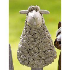 Der Pfostenhocker Schaf wird für Keimzeit exklusiv von unserer Künstlerin mit viel Liebe zum Detail von Hand getöpfert.