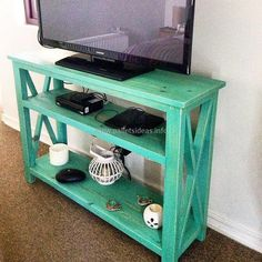 Those who don't want a simple stand to place the LCD can create the table using the pallets, the idea shown here offers ample space to place the items linked to the LCD like the speakers. Decorative items can also be placed on the table under the TV, which will not look bad.