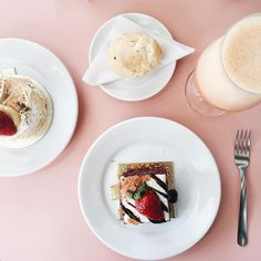Doces da Caramelodrama em uma mesa cor-de-rosa.