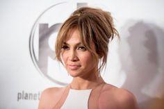 Nos encanta el pelo de: Jennifer Lopez  ¡Divino este recogido con volumen en la parte superior de su cabeza! Esta clase de peinados a ella le sientan muy bien.  /Corbis