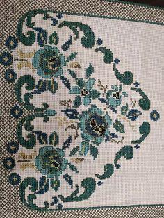 Cross Stitch Heart, Cross Stitch Embroidery, Embroidery Designs, Kids Rugs, Center Table, Salons, Mandala, Fabrics, Punto Cruz Gratis