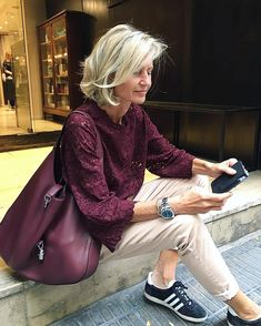 """Every season has its lipstick trends, and just because your perfect color is a pinky beige, that doesn't mean you can't wear burgundy"" … Best Picture For Advanced Style formal For Your Taste You are Mature Fashion, Fashion Over 50, Elle Moda, Mode Cool, Moderne Outfits, Looks Chic, Advanced Style, Mode Inspiration, Casual Chic"