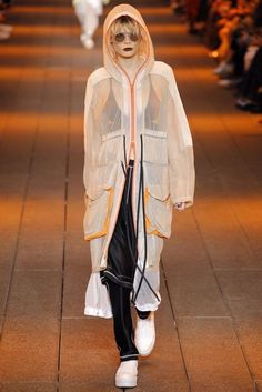 DKNY Spring Summer 2017 Ready-to-Wear collection - New York Fashion Week NYFW - Look Long sporty transparent white jacket Fashion Week, Sport Fashion, Fashion 2017, Runway Fashion, Fashion Show, Fashion Looks, Fashion Design, Fashion Dresses, Summer Coats