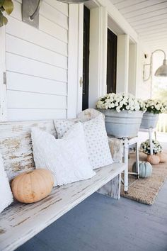 Rustic Cottage Farmhouse Fall Porch Steps I feel like this is an annual thing now. Me piling pumpkins & mums on our front steps & taking a million photos at sunri. Cottage Farmhouse, Rustic Farmhouse, Farmhouse Style, Cottage Porch, Farmhouse Ideas, Farmhouse Outdoor Decor, Farmhouse Interior, Banco Exterior, Farmhouse Front Porches