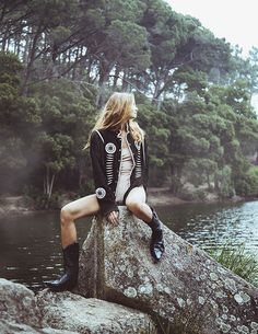 Online Editorial: She Earth Photography By: Debora Ribeiro Cowboy boots – Sendra / Body – Intimissimi / Jacket – Navaho Vintage Vintage Scarf, Vintage Shorts, Vintage Tops, Photoshoot Inspiration, Style Inspiration, Botas Western, Outdoor Woman, Cowboy Boots, Boho Fashion