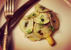 Svinekæber er en fortræffelig spise. Her får du en lækker opskrift på smørmøre svinekæber med sprøde grøntsager og trøffelvakuumeret pastinak.