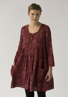 Fully buttoned, easy-to-wear tunic patterned with lush apples. The style features three-quarter sleeves, generous pockets and neat crinkles that provide generous width. A real favorite!
