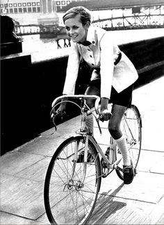 Twiggy's first ever photo shoot -1967 Vogue #Bobbin Scout #Cycle chic #Retro racing bike